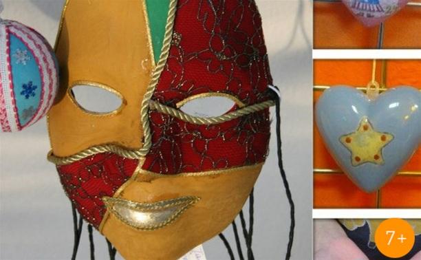 Рождественские маска и игрушки