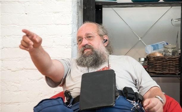 Анатолий Вассерман читает своё стихотворение в Туле