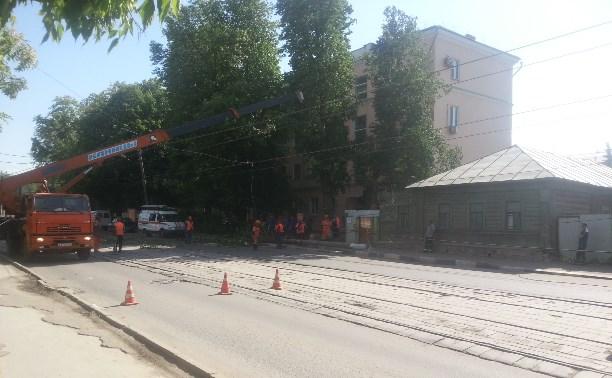 На улице Оборонная упал столб
