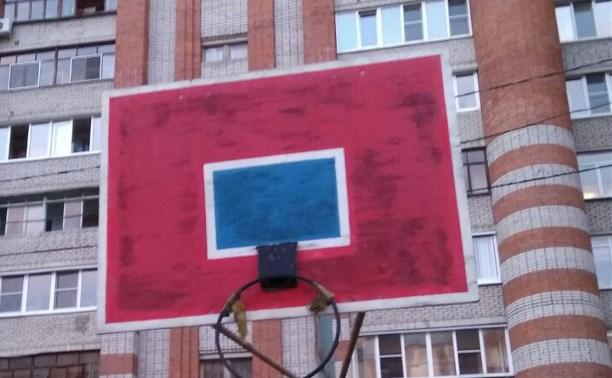 Чуть не две баскетбольных команды ремонтировали одно баскетбольное кольцо
