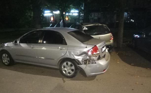 Водитель Mazda 6 врезался в припаркованный автомобиль и скрылся с места ДТП
