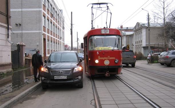 Автоледи перекрыла движение трамваев в Туле