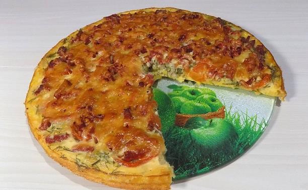 Пицца из кабачков с колбасой и помидорами приготовленная в духовке