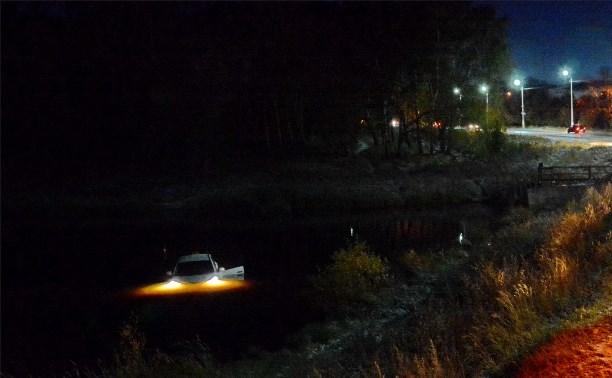 Автомашина съехала в реку Олень г.Киреевск