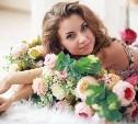 Поздравляем самых изящных дам с цветами