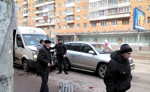 Автолайн догнал RAV4 на перекрёстке Красноармейского и Лейтейзена.