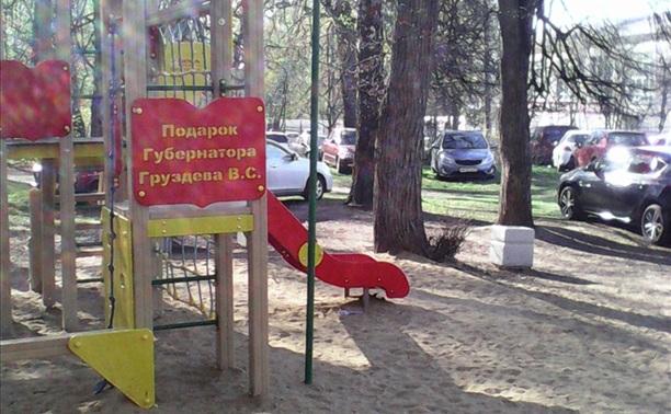 Чемпионат по танцам - парковка прямо на детской площадке!