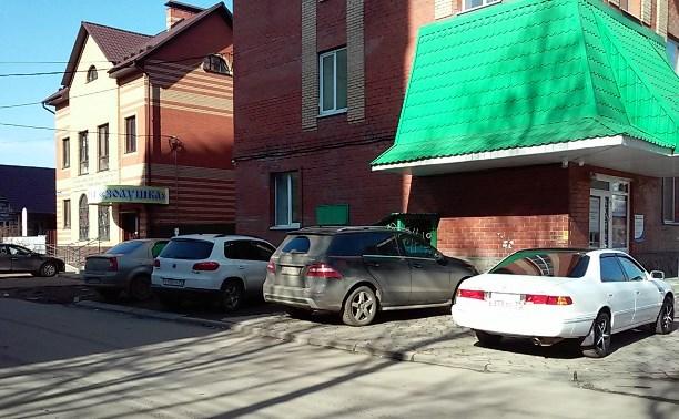 Парковаться платно? Зачем? Ведь есть удобные, а главное, бесплатные - тротуары!