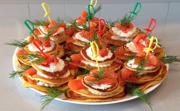 Голландские кукурузные блинчики с копченым лососем