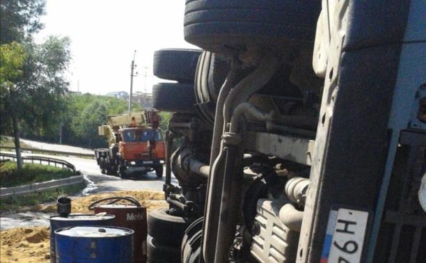 Опрокинувшийся тягач поставили на колёса