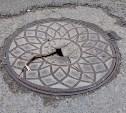 В Мясново на дороге треснул люк. Будьте внимательны! (Фото)