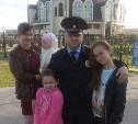 Многодетный папа - полицейский.