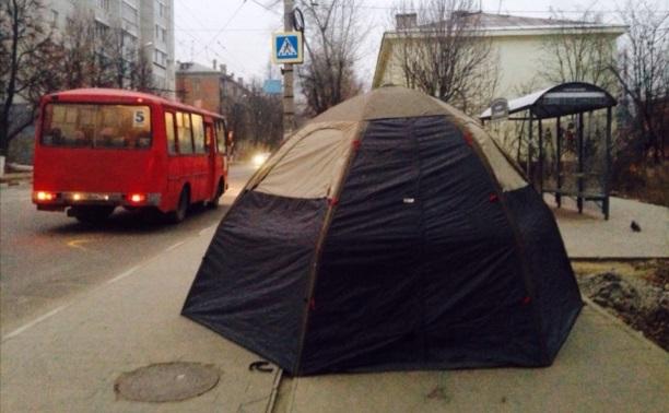 Кто живёт в палатке на остановке?