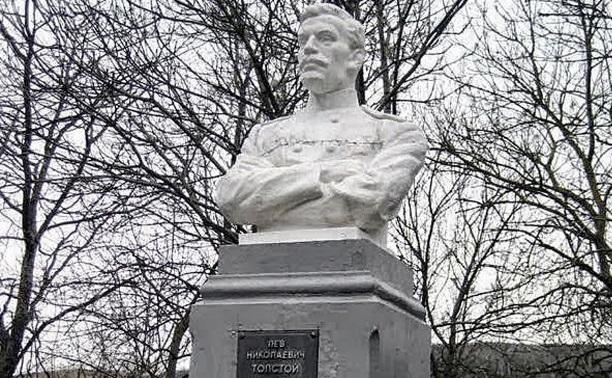 14 декабря: в Крыму разбили памятник Толстому