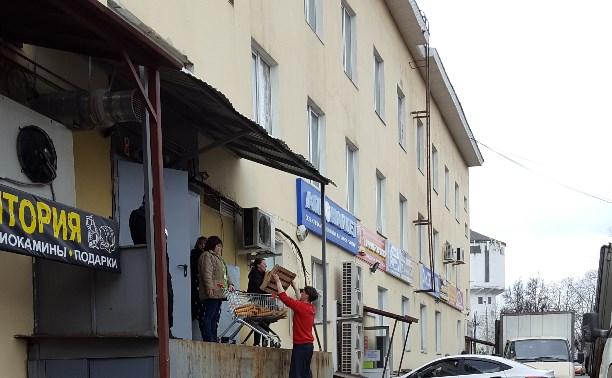 Разгрузка хлеба у кировского тц
