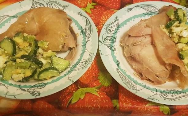 Курица на солевой подушке и салат с авокадо, яйцами и огурцами