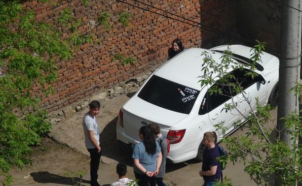Водитель-меломан из «Лады Гранта» дико врубает музыку в жилом дворе