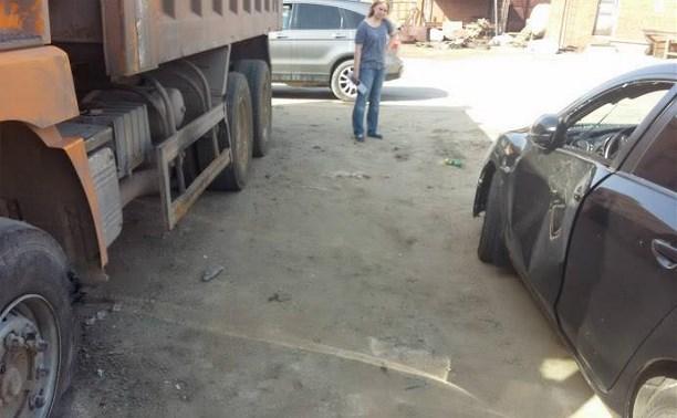 Колесо грузовика чуть не убило водителя легковушки