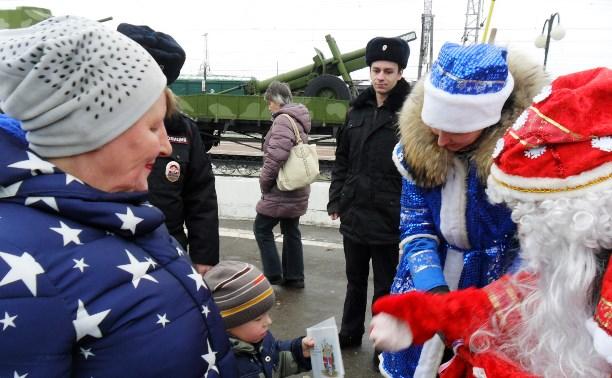 Профилактическое мероприятие транспортной полиции с Дедом Морозом и Снегурочкой