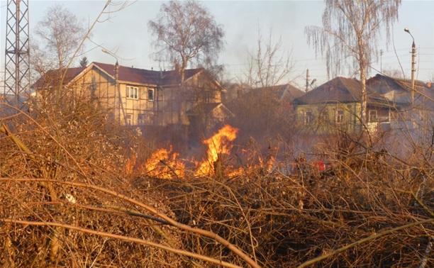 Возгорание сухой травы на ул.Комбайновая