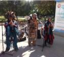 Около педа танцуют и поют индейцы