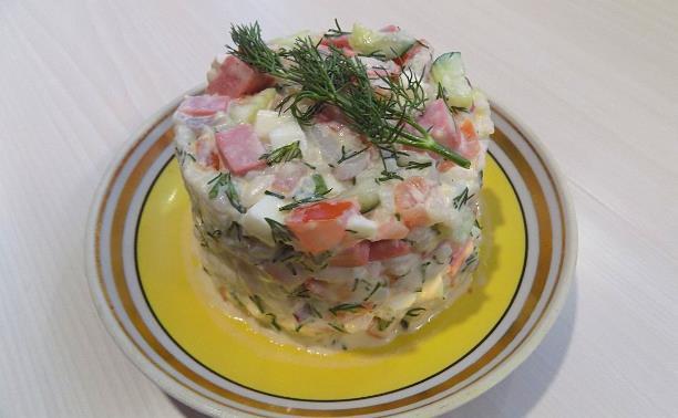 Рисовый салат с жареной колбасой