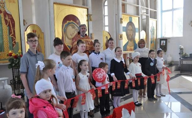 Воспитанники воскресной школы при Свято-Казанском храме поздравили ветеранов с Днем Победы!
