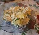 Салат с курицей, сыром и ананасами