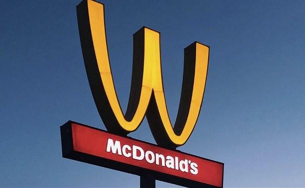 Компания McDonald's в честь женщин на один день изменила свой логотип