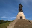 8 мая: воин-освободитель в Трептов-парке держит на руках тульскую девочку