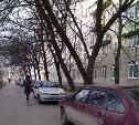 Парковка на тротуаре возле детской поликлиники