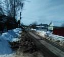После расчистки улицы грейдером жителям пришлось заново прокладывать путь к своим домам