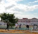 Перед суворовским училищем красят землю в зеленый цвет