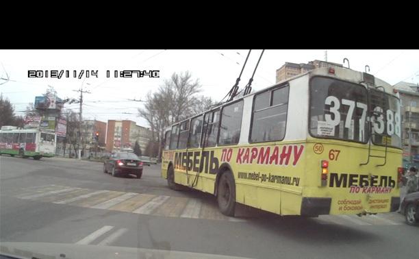 Троллейбус поехал на красный сигнал светофора