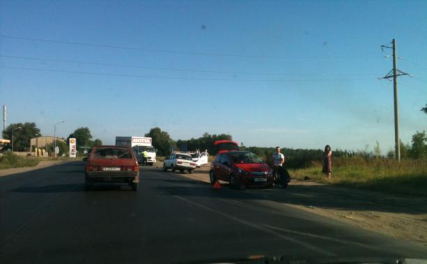 На выезде с заправки иномарка протаранила грузовик