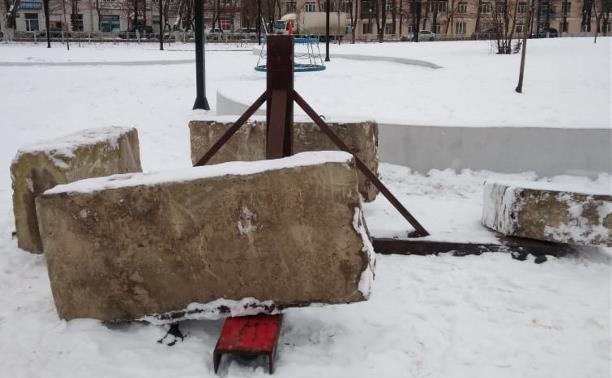 Начали ставить Елку в Кировском сквере.....