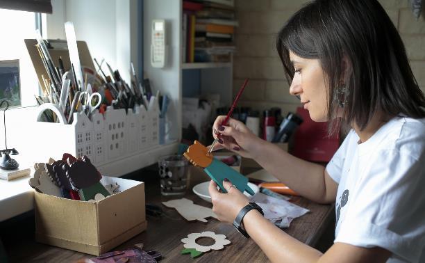 Лисы в шляпках, уродцы и птички: тульская художница создает уникальные куклы