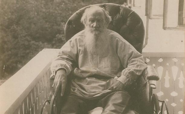 Льву Толстому подарили на юбилей альбом, самовар, косы и конфеты