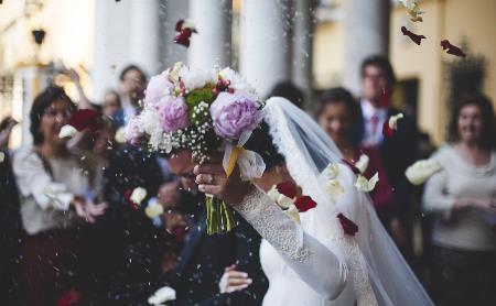 Идеальная свадьба: банкетный зал, букет невесты, сексуальное белье и красочный фейерверк