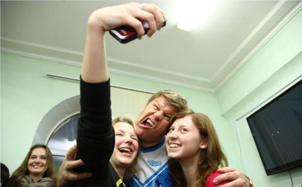 Селфи в Туле любят делать молоденькие девушки и Александр Невский