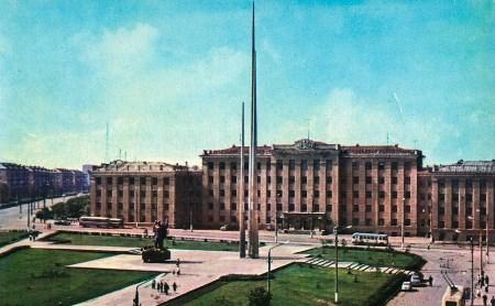 История Трех штыков: Авторы памятника отказались от женской фигуры