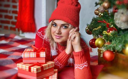 Сладкие подарки, книги, украшения и фейерверки: что подарить близким на Новый год