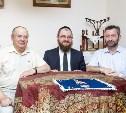 Евреи всегда с книгой, поэтому такие умные!