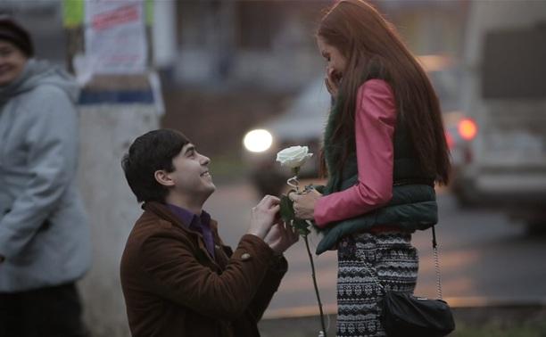 Необычное предложение руки и сердца в Туле: романтичное видео, цветы, саксофон – и она согласна!