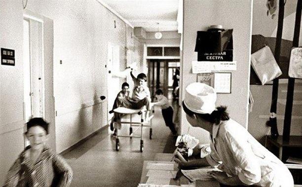 Как и чем и лечили детей в 80-х: Банки, синяя лампа и витаминки