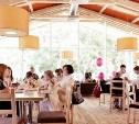 Отдыхаем и празднуем в ресторане на летней веранде