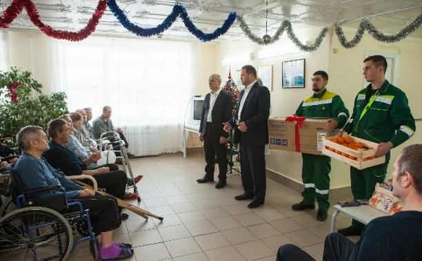 Компания «МСК-НТ» привезла грузовик подарков для пенсионеров и детей-сирот