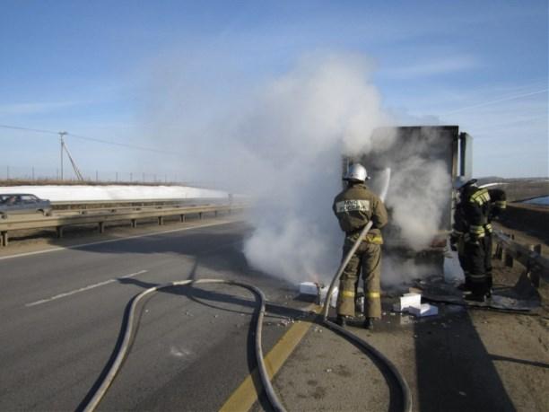ВЕфремовском районе девять пожарных тушили горящий фургон