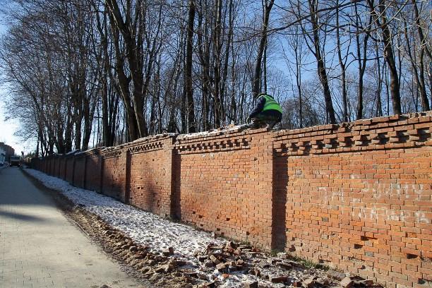 ВТуле начали разбирать стену Всехсвятского кладбища