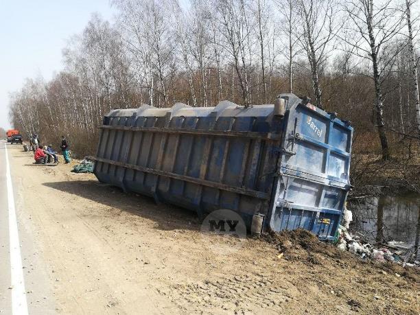 Под Тулой неподалеку от Зайцево опрокинулся прицеп с мусором
